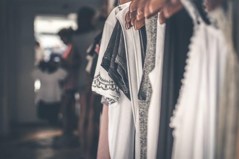 Zakupy stacjonarne i online, czyli jak klienci tworzą nowe trendy